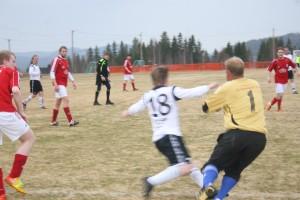 Cato vinner en duell mot Vang spiller etter ett innlegg